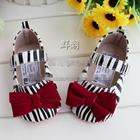 รองเท้าเด็กม้าลายติดโบว์-สีแดง-(6-คู่/แพ็ค)