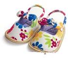 รองเท้าเด็กดอกไม้ในสวน