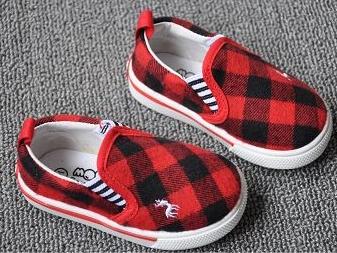 รองเท้ากวางน้อย ลายตาราง สีแดงดำ (8คู่/แพ็ค)