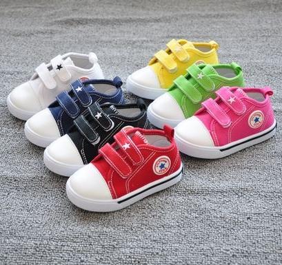 รองเท้าผ้าใบเด็ก Star Kids สีแดง (8 คู่/แพ็ค)