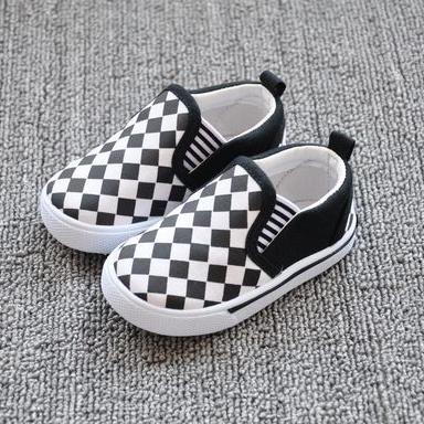 รองเท้าเด็กลายตาราง สีขาวดำ (8 คู่/แพ็ค)