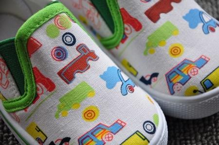 รองเท้าเด็กลายรถหลากสี สีขาว (8 คู่/แพ็ค)