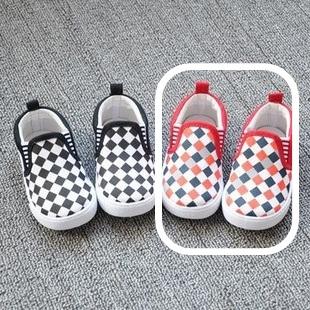 รองเท้าเด็ก ลายตารางโทนสีแดง(8 คู่/แพ็ค)